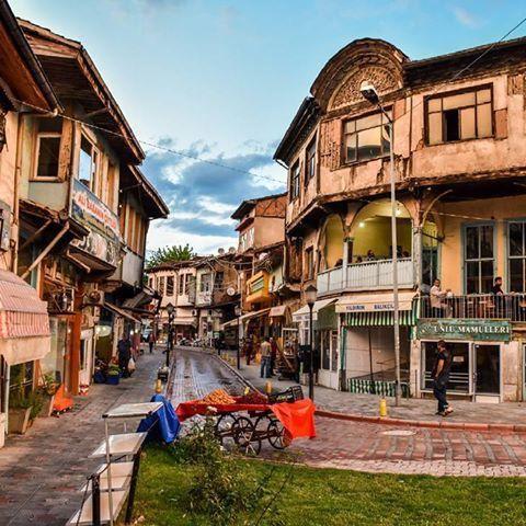 Tarihi Sulu Sokak Evleri/Tokat/// Tokat'ın eski yerleşim yeri ve ticaretin merkezi olan Sulusokak, tarihi zenginlikler ile doludur. Arasta, Deveciler Hanı, Çukur Medrese ve Camilerin bulunduğu bu tarihi sokak, evlerin restorasyonu yapılmasından sonra, Belediye tarafından yapılan yol, kaldırım ve üzerlerindeki bulunan tarihi yapısına uygun elektrik lambaları ile eski görümüne kavuşuyor.