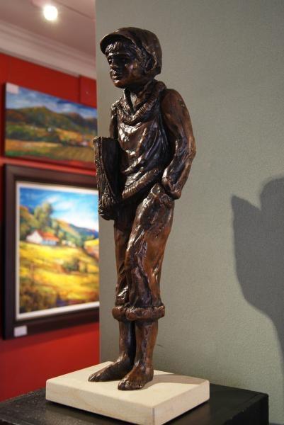 Andre_De_Beer_The_Newspaper_Boy_4_of_25_H0381_Bronze_Sculptureweb11122.jpg
