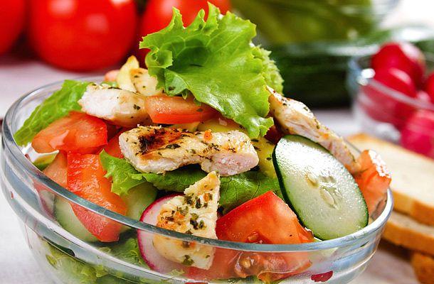 Laktató csirkés tavaszi saláta | femina.hu