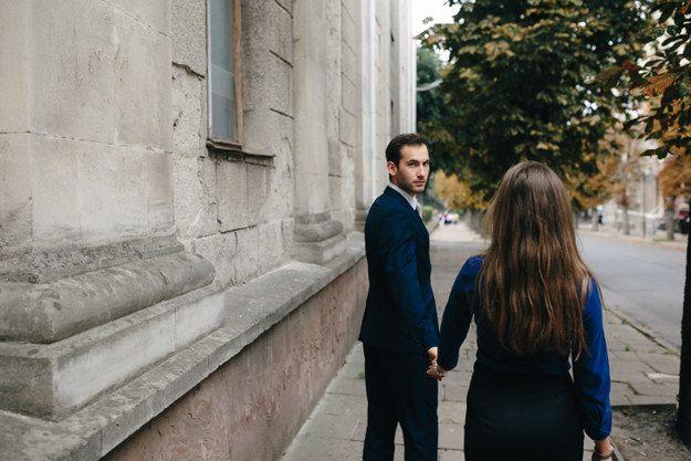Te cuesta trabajo seguirle el paso cuando caminan juntos. | 20 Imágenes que solo entenderás si tienes un novio alto