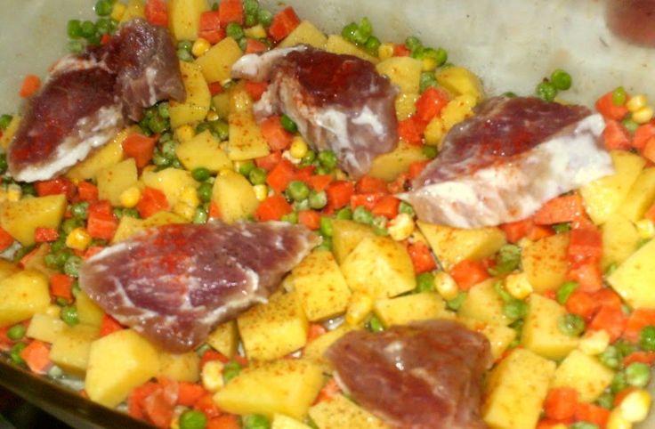 Fincsi sertéskaraj zöldségekkel – ízletes főétel a sütőből 1 óra alatt!