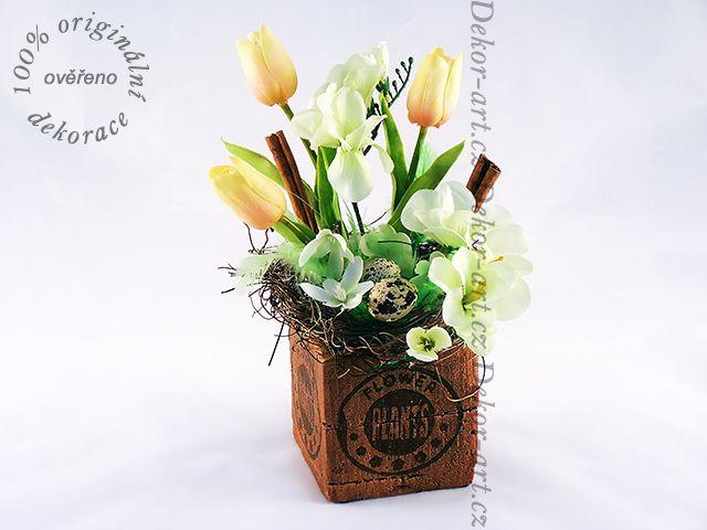 Krásná #jarní a #velikonoční #dekorace s barevnými tulipány.