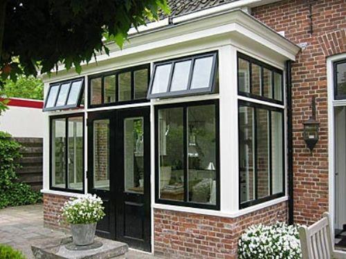 De opdrachtgever is eigenaar van een karakteristieke woning. Hij wilde in de traditionele stijl van de woning een serre voor extra benedenruimte.
