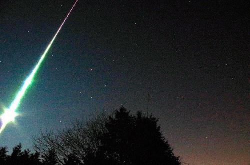 埼玉県ときがわ町の堂平天文台付近で撮影された火球=20日午前2時41分、後藤史明さん撮影(16.8秒露光)