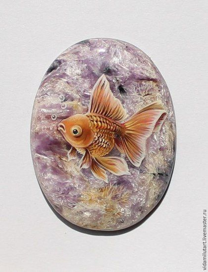 Роспись по камню ручной работы. Ярмарка Мастеров - ручная работа. Купить Золотая рыбка на чароите. Handmade. Золотой, море, символ