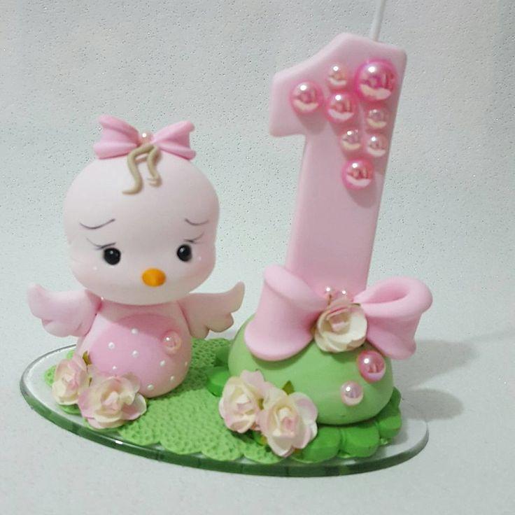 Velinha decorada com biscuit, apliques de perolas e mini flores de papel. Altura aproximada 8 cm