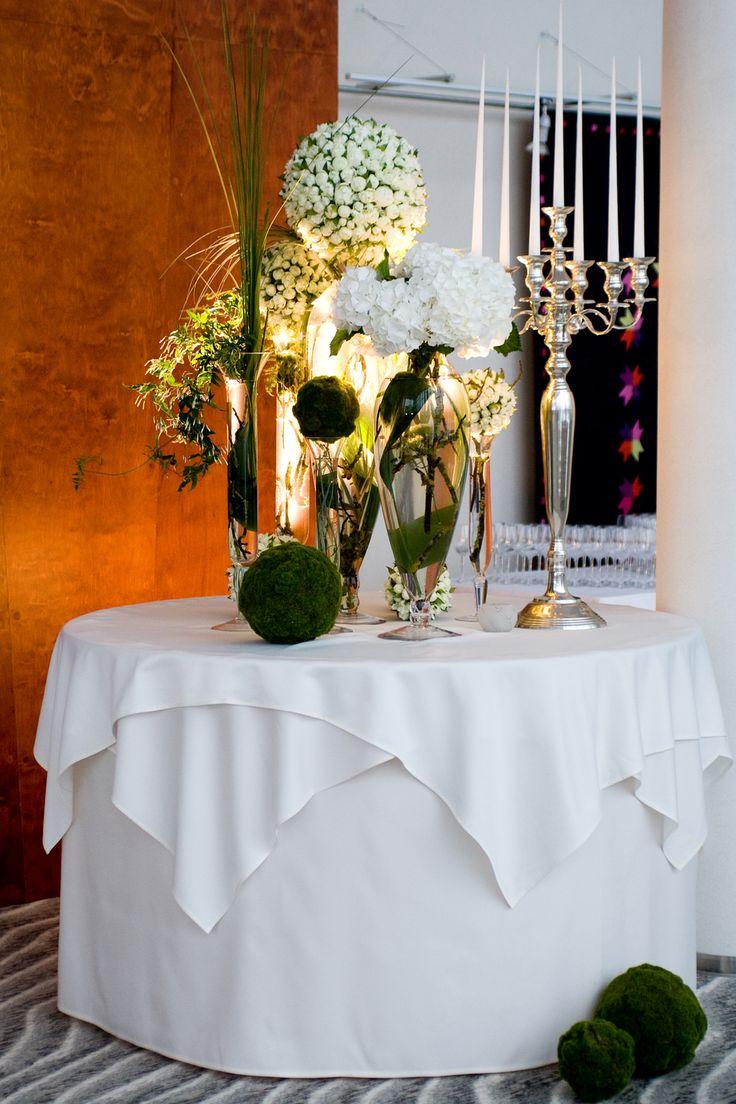 Оформление цветами столов для торжества.