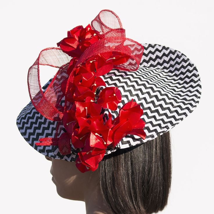 Base trenzada con adornos elaborados en Sinamay, plumas naturales y buganvillas de raso rojo hechas a mano.  Método de fijación: Diadema.