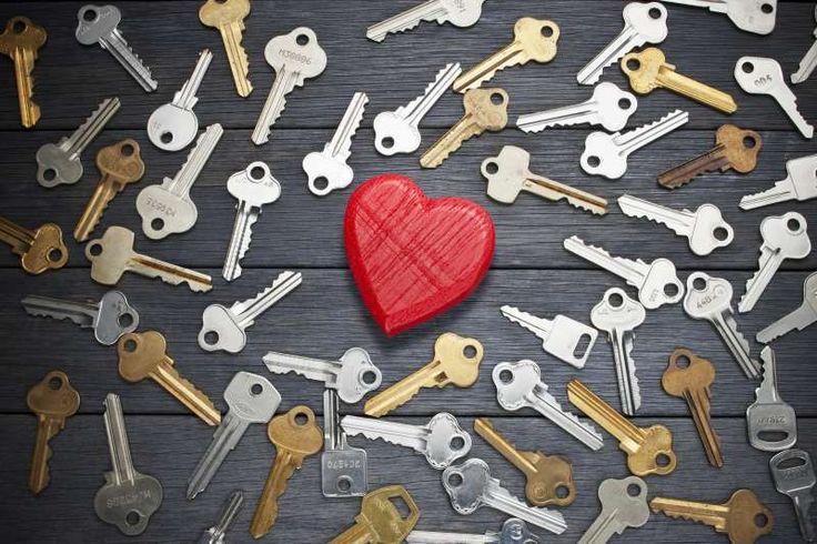 Αγάπη είναι η σκέψη που σε κάνει να χαμογελάς ακόμη κι όταν όλα γύρω σου φαίνονται να γκρεμίζονται.