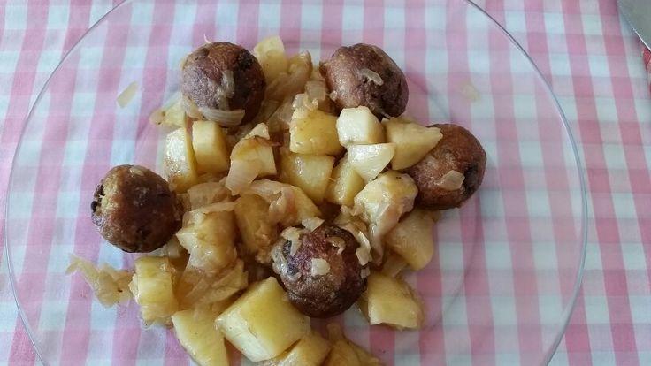 Albóndigas de avena y alubias en guiso de patata y cebolla
