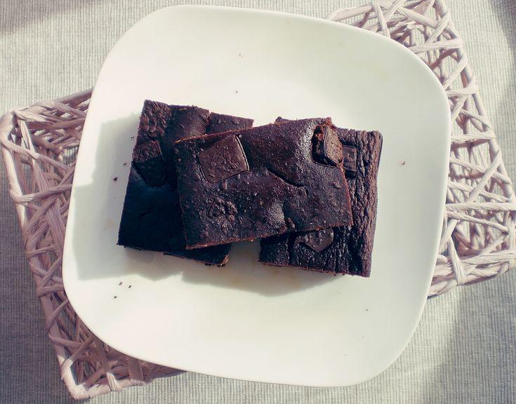 Bardzo prosty i szybki przepis na przepyszne brownie z ciecierzycy. Takie ciasto to doskonały pomysł na słodką przekąskę w ciągu dnia.