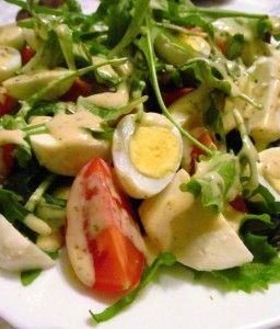 Салат с перепелиными яйцами, помидорами-черри и моцареллой