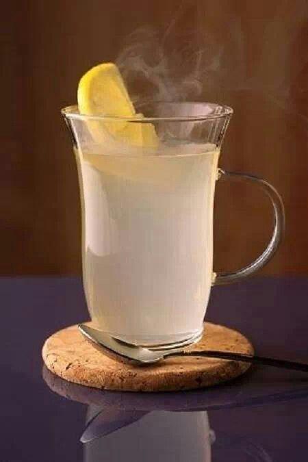 Agua tibia con limon en las mananas una exelente receta para bajar de peso,dejar el cafe, limpiar la piel, ayuda a mantener en buen estado el sistema inmunologico y muchos beneficios mas.