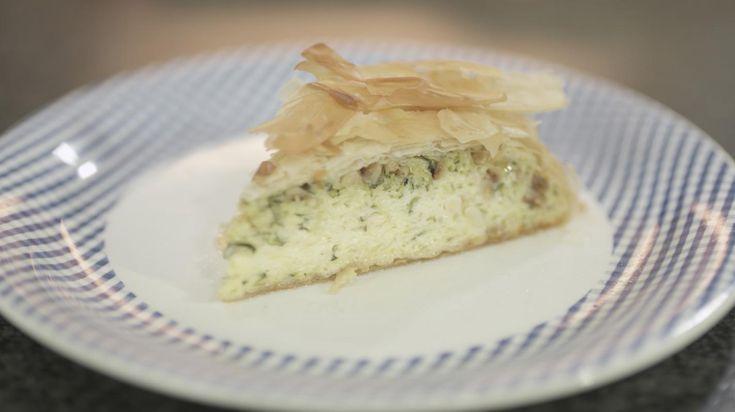 Met courgette en kaas met karakter maakt Jeroen een vegetarische taart. De flinterdunne laagjes filodeeg zorgen voor een knapperig effect. Eet de courgettetaart uit het vuistje, of serveer ze met een gemengde sla, een kruidenslaatje of een smakelijke tapenade.