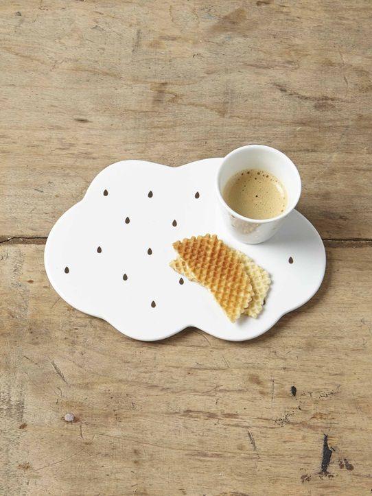 Cette plaque en céramique recouverte de petites gouttes dorées supporte les plats tout droit sortis du four. Joliment détournée, elle peut aussi servi