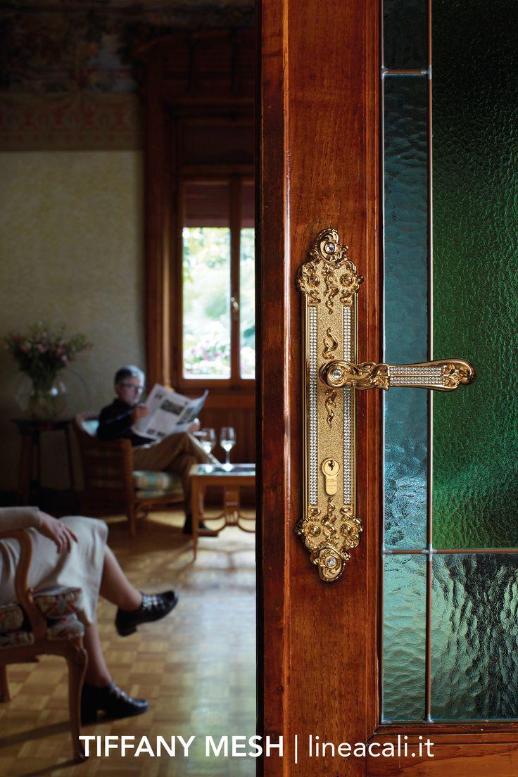 Tiffany Mesh | A pavè of Swarovski® crystals illuminates the forms with extreme sophistication giving life to a contemporary reinterpretation of the most authentic Tiffany style - - - Pavè di cristalli Swarovski® accendono le forme con estrema raffinatezza dando vita a una rilettura contemporanea dello stile Tiffany più autentico. #handles #doorhandle #doorhandles #lineacali #maniglie #vintage #tiffany #swarovski #brass #klamki #ручки #manillas #klinken