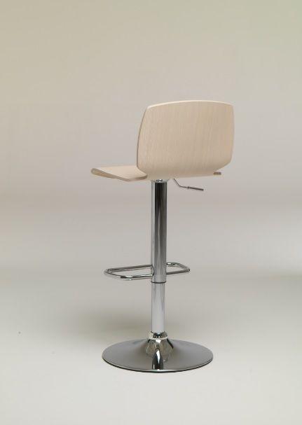 Sgabello Scott altezza variabile in metallo Friulsedie - Con altezza variabile, struttura in metallo cromato e seduta in legno multistrato.