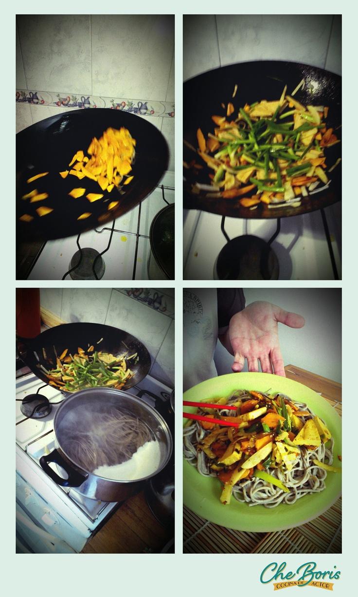 Otra forma de comer fideos, con palitos! Fideos japoneses soba de trigo sarraceno con verduras salteadas.