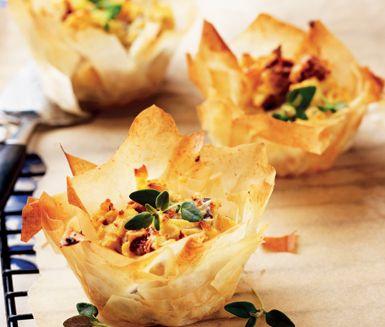 Läcker bakelse på potatissorten asparges i spröd filodeg. Lägg en fuktad kökshandduk över filodeg som väntar på att användas. Servera som förrätt eller tillbehör.