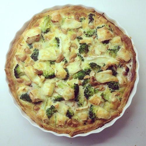 Spinazie-broccolitaart met brie en cashews