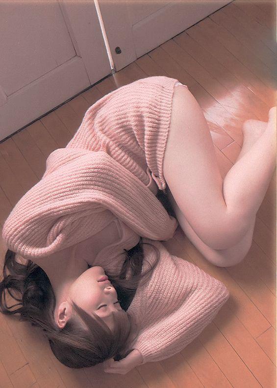 大きめニットのまいやん、太もも見えすぎ! #白石麻衣 #乃木坂46