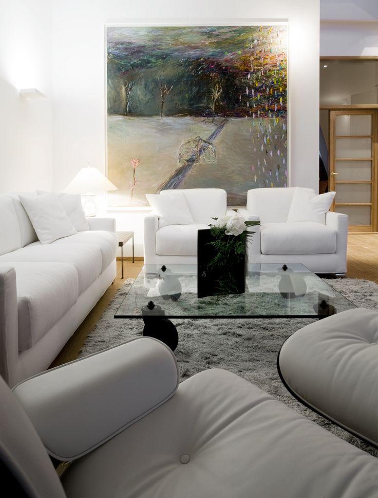 Soffan och fåtöljerna från italienska Vibieffe, köpta hos Casuarina i Helsingfors. Gae Aulentis rullbord i glas, från Fontana arte. I förgrunden Charles Eames Lounge chair och fotpall. Målningen av finska konstnären Nanna Susi.