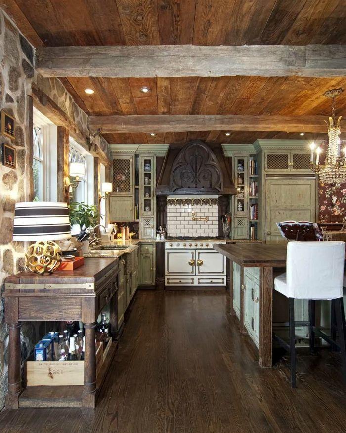 cocinas rusticas de obra, cocina con techo de madera, alacenas vintage de madera pintada, pared de piedra #casasrusticasdemadera #casasrusticasdepiedra