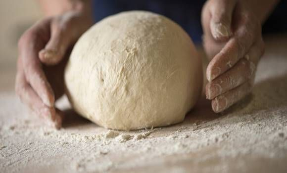 Ma már a boltokban sokféle kenyeret kaphatunk, választhatunk többféle ízvilág és fajta közül is. Vannak, akiknek már meg van a jól bevált helyük és kenyerük, ahová minden nap elmennek, mások pedig mindig ott vesznek kenyeret, amerre épp napközben járnak.