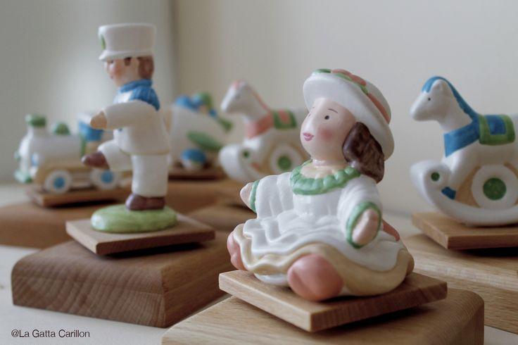 Carillon in legno con personaggi in ceramica decorato a mano.  Wooden music box, with ceramic little characters, painted by hand.