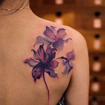 tatuajes de flores en acuarela en el hombro
