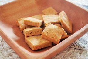こんにちは。 今日はお腹が空いたときにすぐできてすぐ美味しい、マクロビオティック・クッキーのレシピをご紹介します。 今回のレシピは、玄米粉と蕎麦粉で作ったクッキーで、小麦粉は一切不使用のグルテンフリー仕様。 勿論、乳製品や白砂糖も不使用です。  玄米によるデトックス効果もあり、ナチュラルな素材で自然の甘さを楽しむことができます。 また、作る上で特別なテクニックやコツは一切必要ないため、基本の材料さえあればどなたでも簡単にすぐに作ることができます。 早速レシピをご覧ください。  袋に入れて混ぜるだけなので、調理器具がほとんど要りません。 サクッとしたやや歯ごたえのある食感が特徴です。 アレンジ方法としてはクルミやパンプキンシードなどナッツ類を入れて食感の違いを楽しんでみて。 粉の割合も、量が足りないときは自由にアレンジOKです。 職場のおやつに、小腹がすいたときに手軽なお菓子として、お子様への手作りおやつ、誰かへのプチギフトなど様々なシーンでお使いいただけます。 どうぞお楽しみくださいね。 それではあと今週も残り2日、頑張りましょうね。