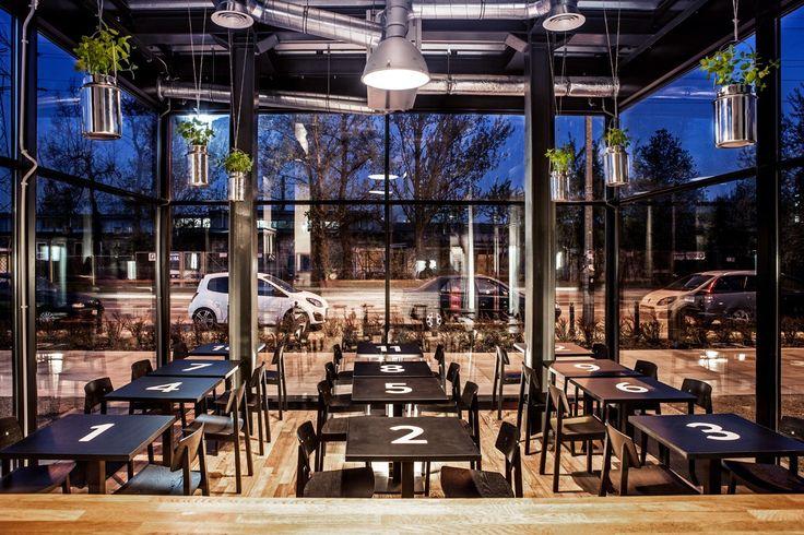 BYDŁO i POWIDŁO Meat-ing Place to pierwsza w Warszawie jadalnia wołowiny z prawdziwego zdarzenia. Specjalnością lokalu są burgery i steki z argentyńskiej wołowiny, ale w menu znajdują się również sałatki z wołowiną, sandwiche, a nawet słynne nowojorskie bajgle z pastrami czy hot salt beef. Przeszklony budynek, na terenie nowoczesnego osiedla19. Dzielnica to świetne miejsca na imprezy okolicznościowe i spotkania firmowe. Dodatkowo w sezonie letnim Bydło i Powidło zaprasza również do ogródka…