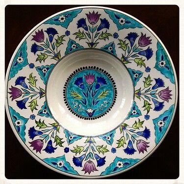 Orjinali mavi renkli olarak, Londra'da, Victoria & Albert Müzesi'nde yer alan 16 yüzyılın ilk yarısına (1535-45) ait bu İznik desenli Tondino tabak turkuaz, kobalt, yeşil ve mor renklerle yapılmıştır. Merkez desende ve ağız kenarında aynı lale ve karanfil desenleri kullanılmıştır. Ağız kenarındaki desenlerin birleşme bölümlerinde penç çiçekler yer almaktadır.