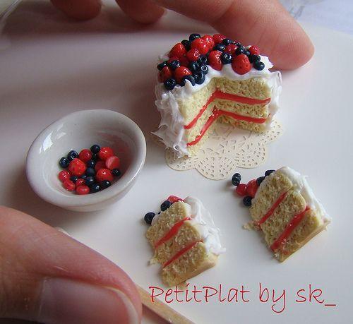 Miniatures. 1:12 Cake with berries by CDHM Artisan Stephanie Kilgast of PetitPlat, www.cdhm.org/user/petitplat
