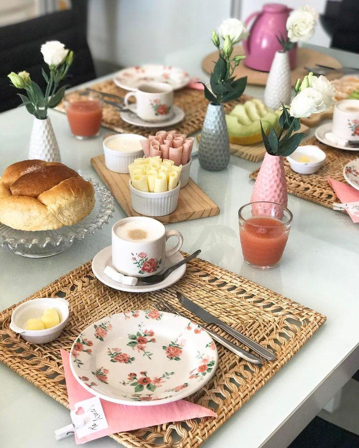 Café da manhã cheio da amor para mamãe!  Achei linda a composição do rústico com o floral deixando a mesa posta com ar bem aconchegante. Dá vontade de ficar a manhã inteira tricotando com a mamãe não é?  @lojaslebiscuit #lebiscuit #LeMaes #TemNaLe #lardocecasa #lardocemesa #mesaposta