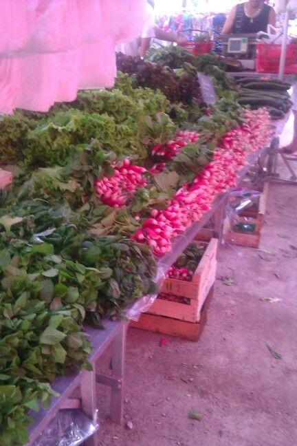 Zelfs de groente-kraam is een plaatje St. Tropez