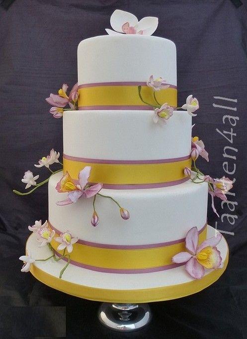 Bruidstaart met verschillede soorten roze orchideeën.
