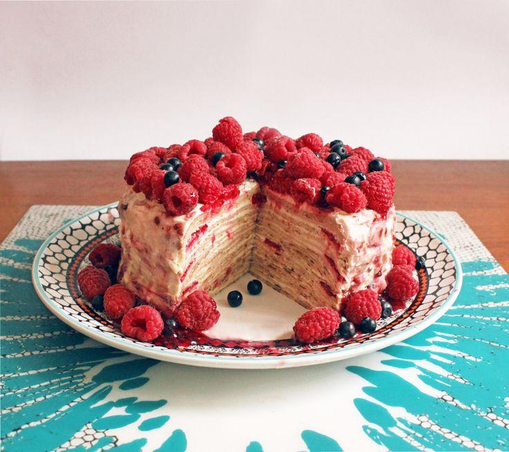 Блинный торт - это не просто вкусный десерт, но еще и очень нарядное украшения для любого стола. Два его главных ингредиента - домашние блинчики и нежный творожное-сметанный крем.