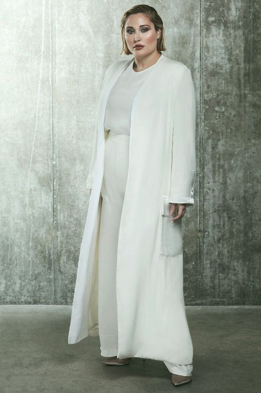 First Look! Hayley Hasselhoff x Elvi SS17 Collection http://thecurvyfashionista.com/2017/04/hayley-hasselhoff-x-elvi-ss17/ Revamping your everyday duster, this timeless white coat echoes true Hayley style. With oversized pockets adding a casual feel to your look, pair with your favourite wide leg trousers or your evening ensemble for instant sophistication. Monochrome and much more!! The newest collection from Elvi and plus size icon Hayley Hasselhoff for 2017 is a fun and feminine…