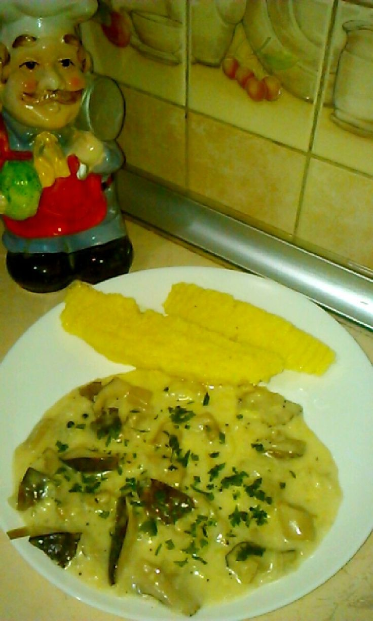 Сливочный соус с грибами и сыром на гарнир мамалыга...