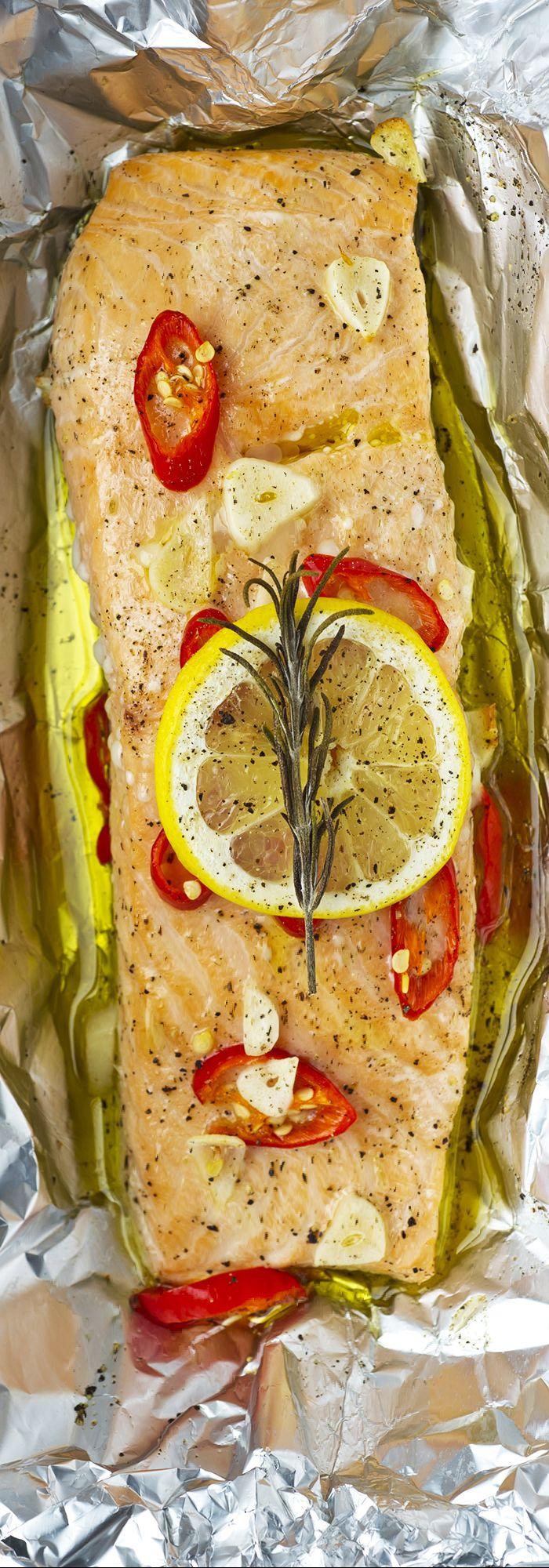 Salmon:  Pré-aqueça o forno a 200˚C. Corte em quadrados a folha de alumínio (precisa ser grande o suficiente para manter os filés de salmão e poder ser dobrado.) Coloque o salmão no centro do papel alumínio e regue com azeite . Cubra com o pimentão, alho, limão e alecrim (ou outras ervas ) e uma de pimenta preta. Enrole a folha em torno do peixe para formar um pacote seguro e coloque em uma assadeira. Asse no forno por aproximadamente 15 min. Sirva com arroz ou purê de batatas.