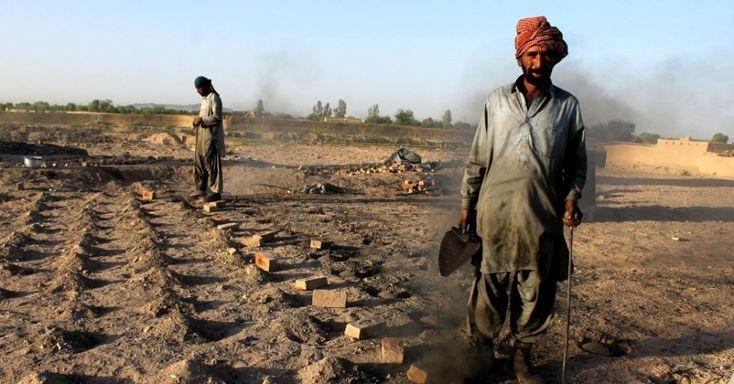 Afegãos trabalham, neste sábado (26), em uma fábrica de tijolos na província de Kandahar, no sul do Afeganistão