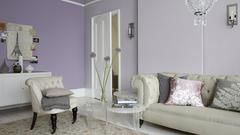 Untuk ruang tamu yang elegan dan memancarkan keromantisan, dapatkan inspirasi dari skema warna ungu pucat ini: