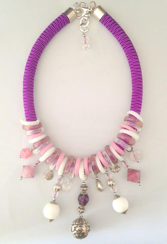 collier plastron avec des anneaux et des perles en verre de Murano, de la passementerie,et des perles de verre. pièce unique fermoir mousqueton longueur totale du collier 51 cm poids 200gr