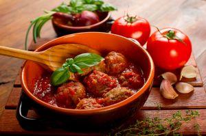 ALMÔNDEGAS DE FRANGO COM AMARANTO  Ingredientes:  Almôndega:  300 g de peito de frango moído 1 cebola picada 1 colher (sopa) de pimentão vermelho picado (opcional) 1 clara 2 colheres (sopa) de farelo de amaranto Molho 2 dentes de alho amassados 500 g de tomates sem pele e sem sementes batidos no liqüidificador 1 colher (sopa) de salsinha picada  Modo de Preparo:  Misture o frango moído, a cebola, o pimentão, o ovo e o amaranto até ficar uma massa firme. Faça 12 bolas.  Em uma panela, coloque…