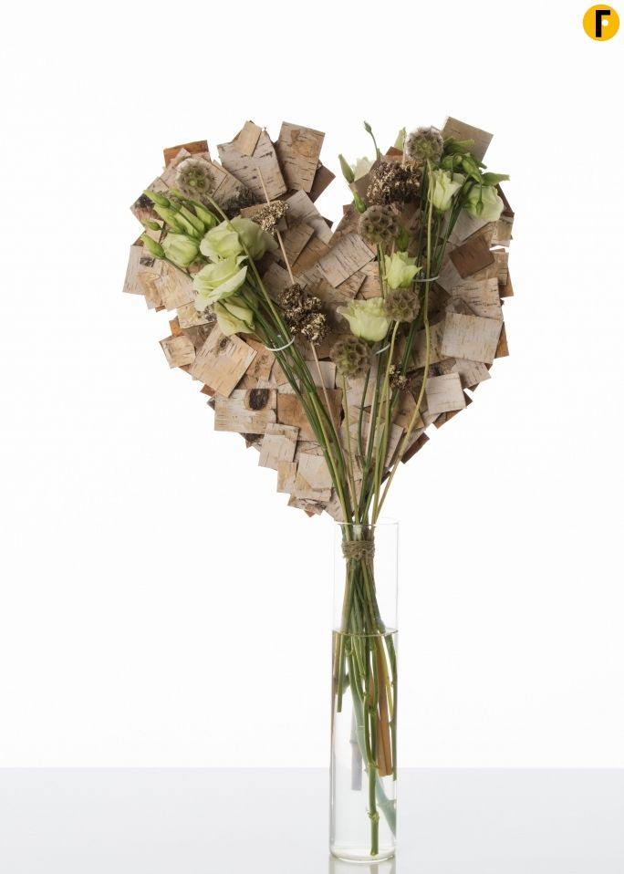 Valentine's Day bouquet with heart frame Roos van Unen created a heart shape out of birch bark. This natural look goes well with clean white Lisianthus and it goes to show that it doesn't have to be red to be romantic.