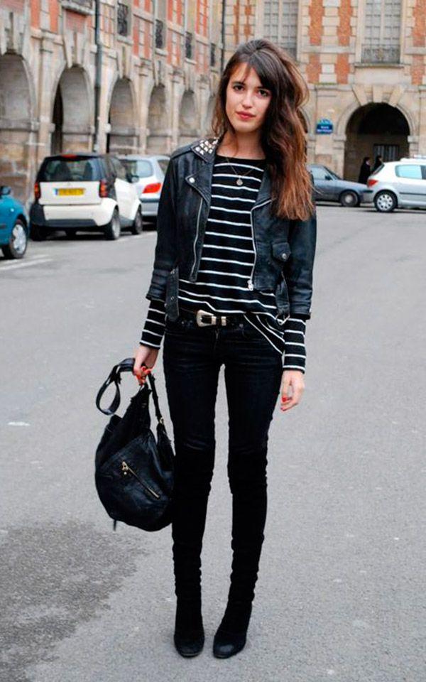 Street style look com blusa listrada e calça preta.