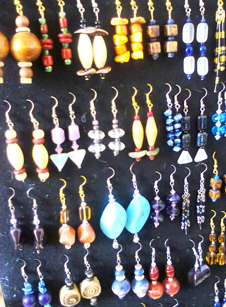 Accessori fashion creativi ricavati da materiale riutilizzato e assemblato total nichel free. Design by Mati. Info: www.perilmondo.org