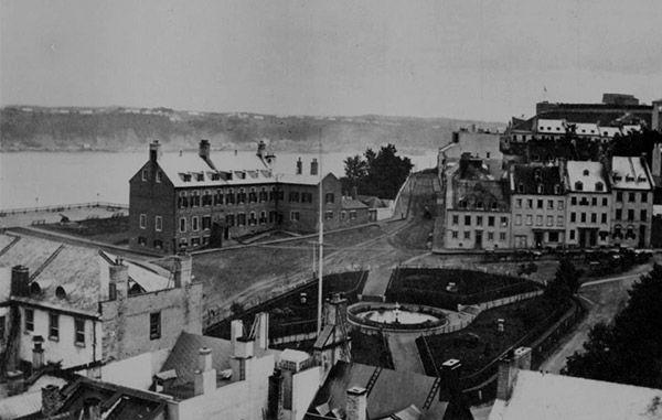 1865- Le Château Haldimand et la place d'Armes vers 1865.