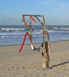 Een galgachtig kunstwerk gemaakt van gejutte spullen op het strand bij Callantsoog.